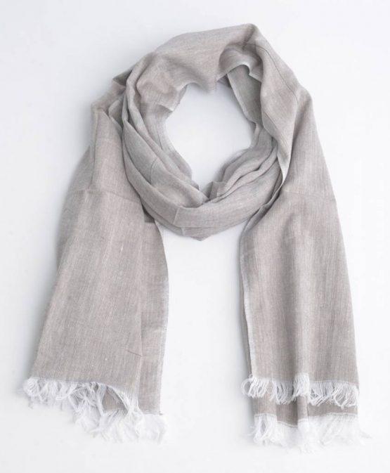 mooie lichtgrijze sjaal met rafels aan het uiteinde