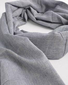Mooie blauwe sjaal met rafels aan het uiteinde